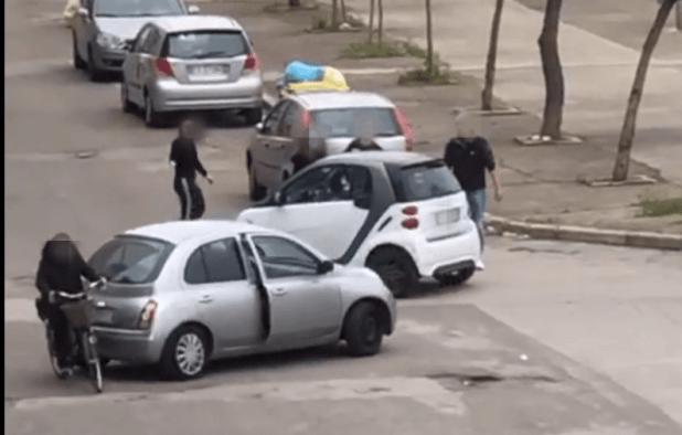 Aggressione ripresa in un video che circola nel web. La Polizia di Stato individua e blocca i responsabili