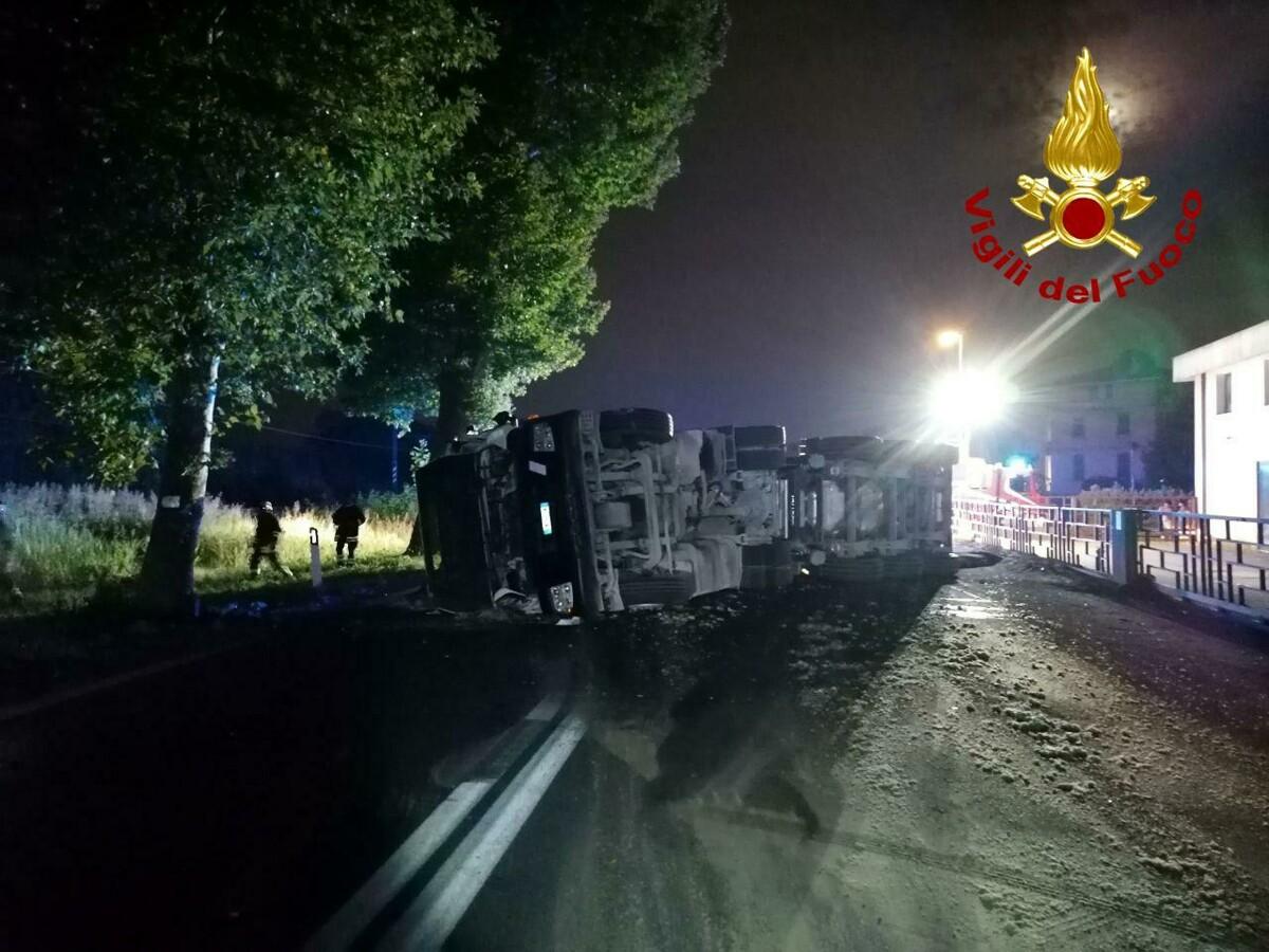 Camion si ribalta con il carico di asfalto, circolazione bloccata a Spresiano