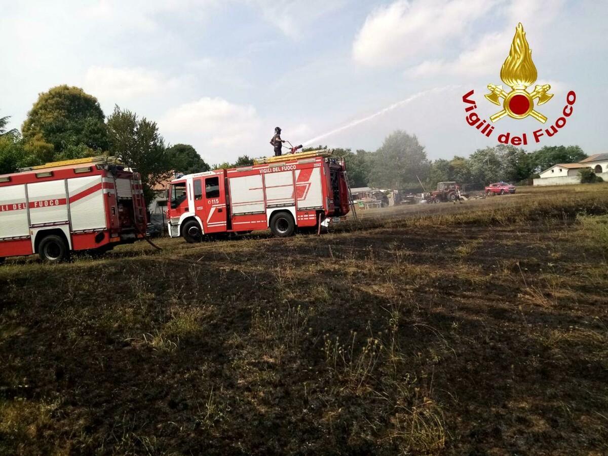 Incendio in un campo vicino ad un'azienda agricola: tre squadre di pompieri al lavoro