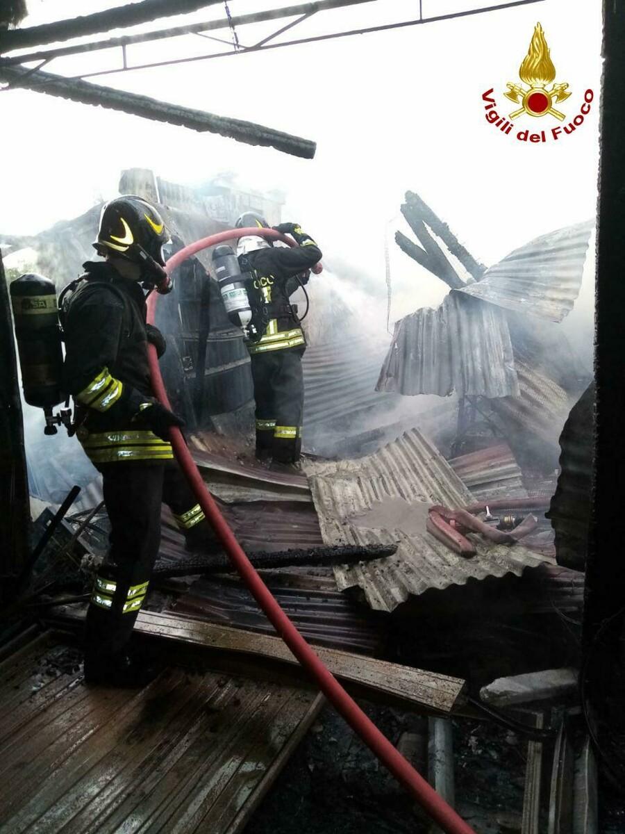 Incendio in un capannone con tetto in eternit: vigili del fuoco al lavoro