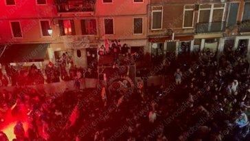 Venezia in serie A, i festeggiamenti [Video]. Fuochi d'artificio in via Garibaldi per il pareggio con il Cittadella
