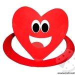 Cappello con piatto di carta a forma di cuore