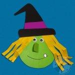 Strega di Halloween con la carta