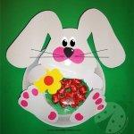 Coniglio di Pasqua con piatti di carta