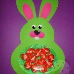 Coniglio di Pasqua porta ovetti