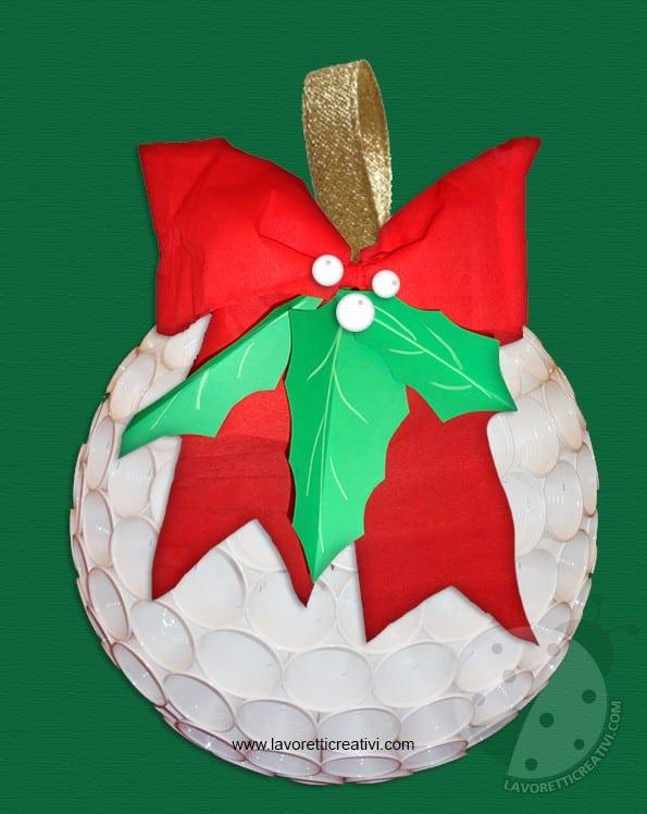 Pallina di natale con bicchieri di plastica for Addobbi natalizi con bicchieri di plastica