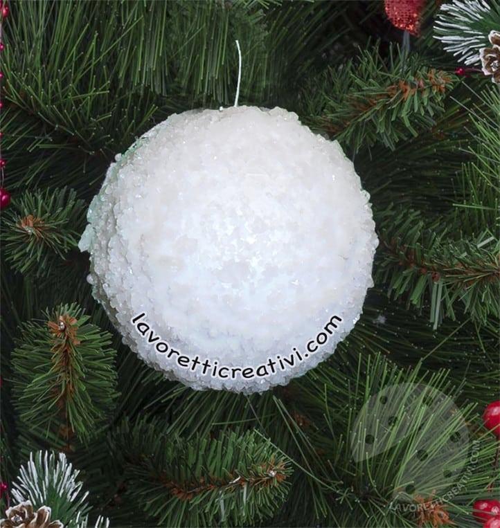 Per fare delle palline da albero con il polistirolo e delle vecchie riviste: Palline Di Natale Effetto Neve Con Il Sale Tutorial Lavoretti Creativi