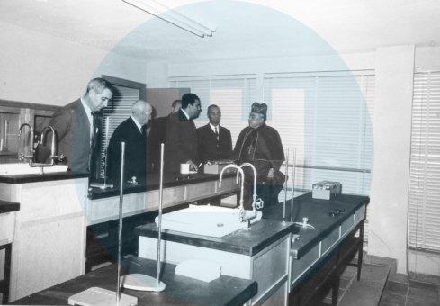El cardenal Bueno Monreal, junto al director Fernando Durán y el alcalde Pedro Gutiérrez / Archivo