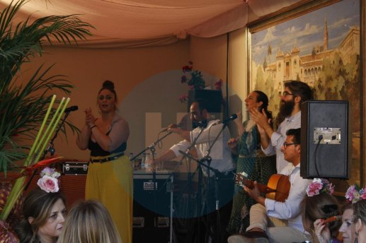 Grupo de sevillanas actuando en la feria / Rocío Gómez