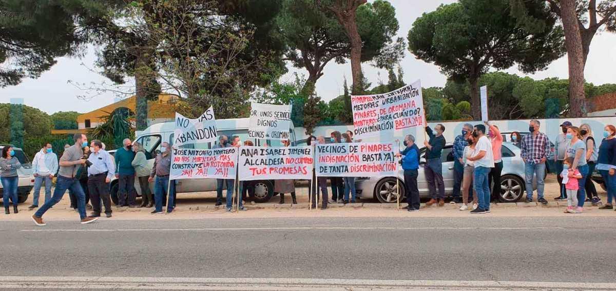 Decenas de vecinos de Pinares de Oromana protestan por la falta de inversiones en el barrio