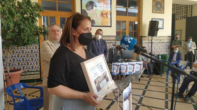 Homenaje a Isabel Asensio en la presentación de 'Tres décadas contando Alcalá' / Lva