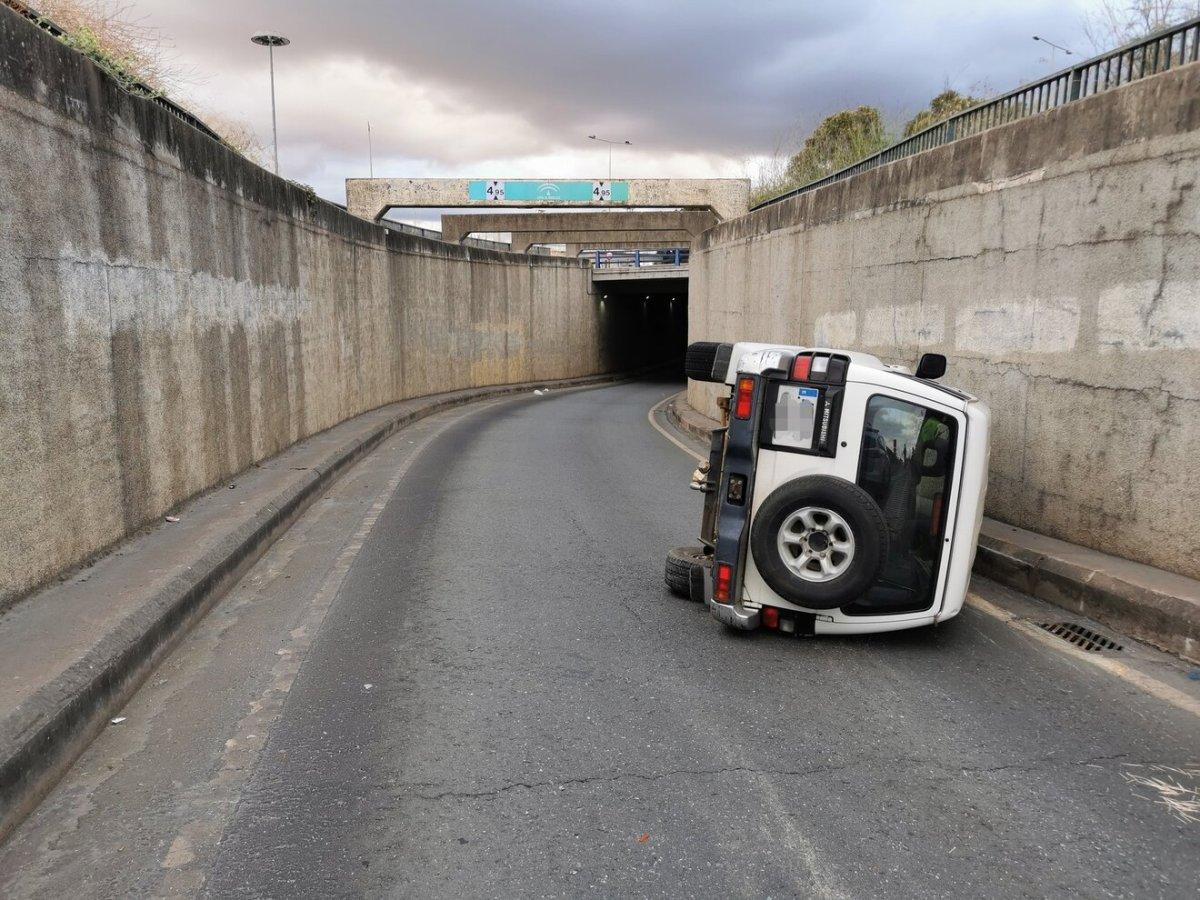 El coche quedó volcado en la carretera / Policía Local Alcalá