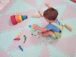 Niño en la alfombra