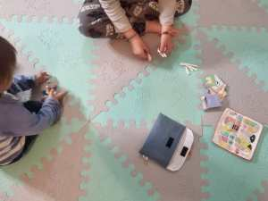 niños jugando con el kit kietoparao