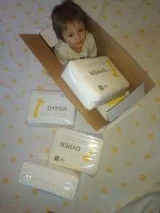 niño dentro de la caja y con pañales