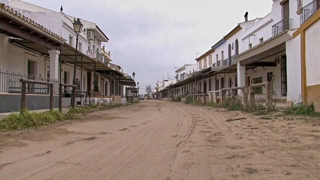 Fotograma de 'El caso Rocío', la aldea de El Rocío fuera de temporada rociera.
