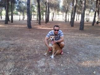 Javier Limón con su perro Excálibur