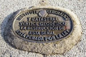 Placa del Vértice Geodésico situado en el Cerro de los Ángeles
