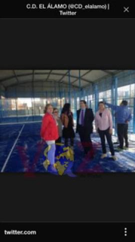 Imagen del domingo anterior a las detenciones en la que se puede ver a David Marjaliza junto a la alcaldesa de la localidad de El Álamo, Ana Mayoral y Sonia Pérez (apoderada de Gestión de Pádel Valdemoro S.L.) recorriendo las instalaciones deportivas de la localidad.