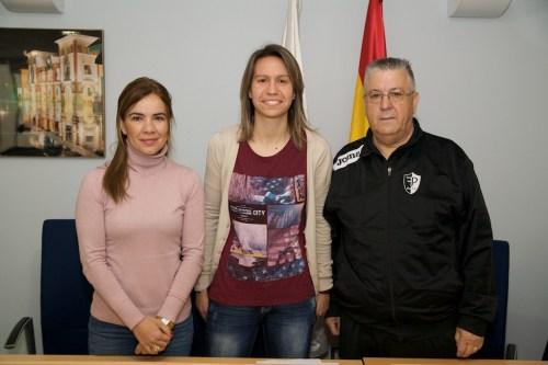 Patricia Chamorro tras ser nombrada Presidenta de Honor del Club Futsala Pinto. Fotografía: Ayuntamiento de Pinto.