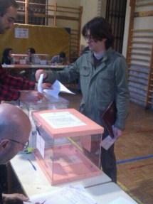 Julio J. Díez, candidato de IU-Pinto votando