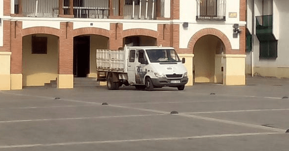 Furgoneta Aserpinto transportando bolsas de papel triturado. Fotografía: @GanemosPinto.