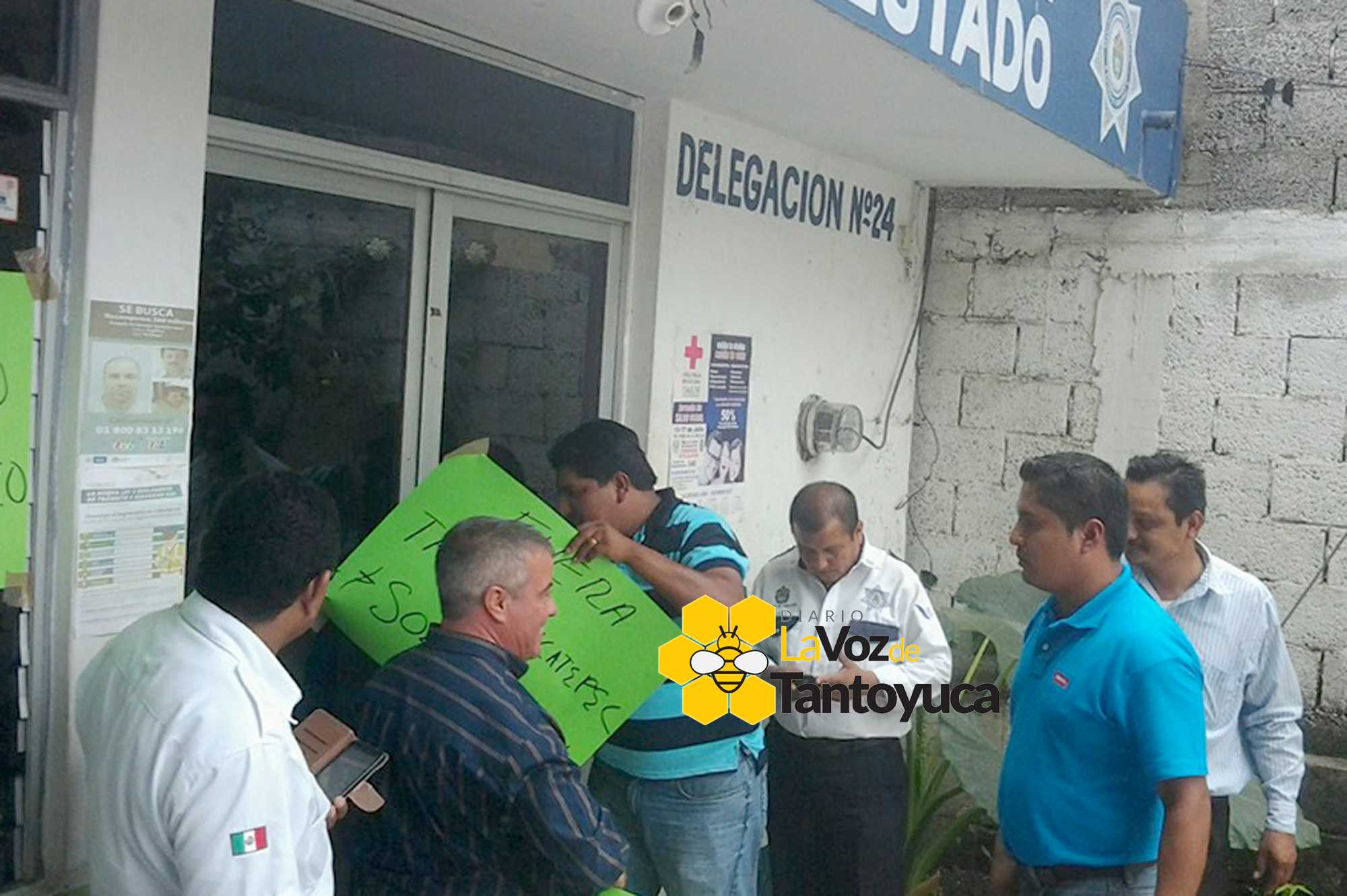 Taxistas se manifiestan en las oficinas de transporte for Oficina transporte publico