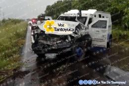 La camioneta de valores resultó con daños considerables tras el percance. Cortesía Tele 3 Tempoal.