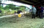 Campesinos bloquean camino rural
