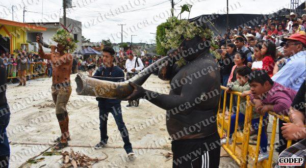 Entrega David Guzmán apoyos económicos a cuadrillas de mecos | LVDT