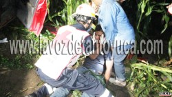 Albañiles fuera de peligro; viajaban en camioneta que cayó a barranco, en Tantoyuca | LVDT