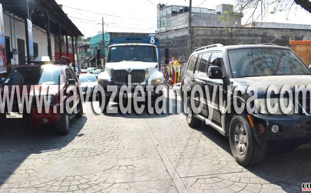 Titular del ICATVER ocasiona trafico vehicular, en la zona centro