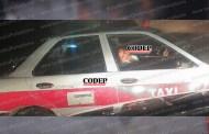 Localizan a ebrio taxista durmiendo a media calle; fue detenido
