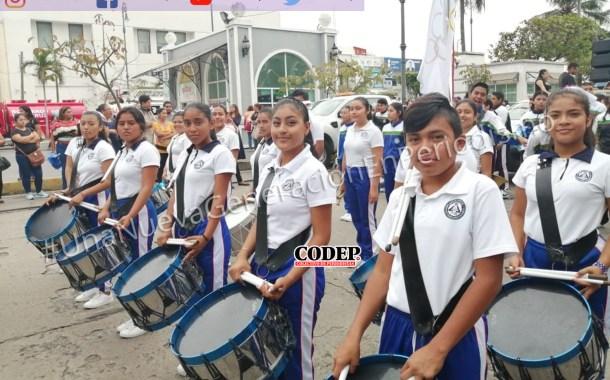 Participan alumnos de la Universidad Ignacio Manuel Altamirano en el desfile del 20 de Noviembre