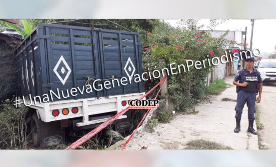 Se le bota la velocidad en una pendiente; camioneta ocasiona aparatoso accidente | LVDT