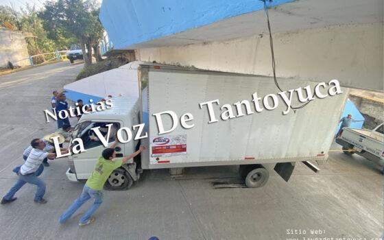Camión termina atorado debajo de un puente, en Tantoyuca | LVDT