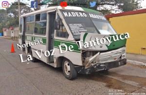 Microbús embiste a un auto compacto | LVDT