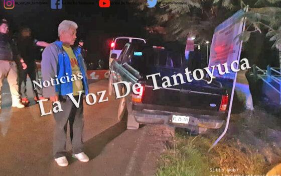 Abandona camioneta tras impactarse contra estructura de anuncio   LVDT