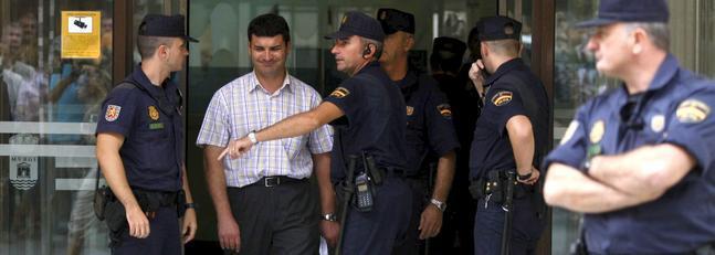 La Policía Nacional permite la salida al concejal de Agricultura del Ayuntamiento de El Ejido, Jorge Viseras, durante el registro que se ha realizado en el edificio