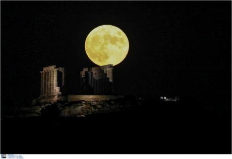 Αυγουστιάτικη Πανσέληνος: Εντυπωσιακές εικόνες από το ολόγιομο φεγγάρι στο Σούνιο