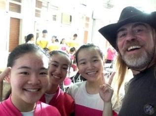 Fotos con alumnas después de la conferencia