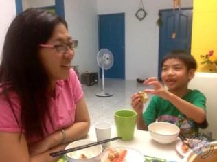 Qiu Xiaoping y Jie el hijo de Grace