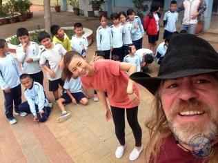 Sandra con los niños en la sesión de foto