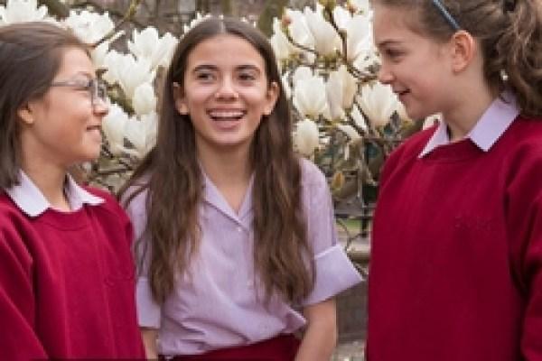 أفكار لتسريحات شعر لطيفة لبنات المدارس
