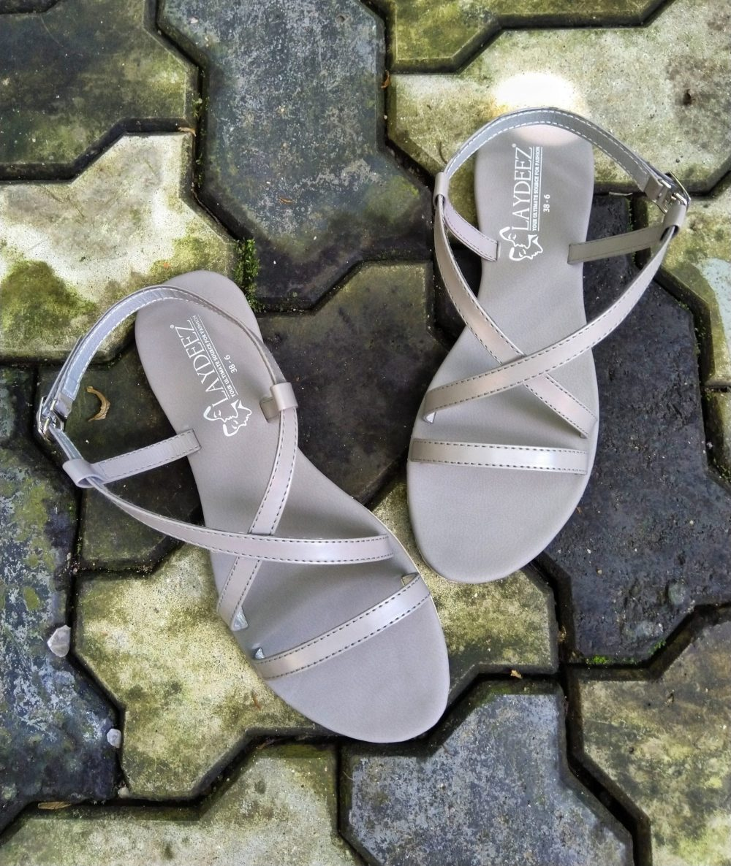 Laydeez Crossover Sandals In Gray