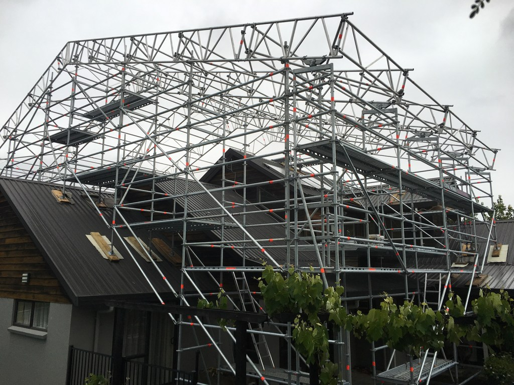 Temporary roof truss structure