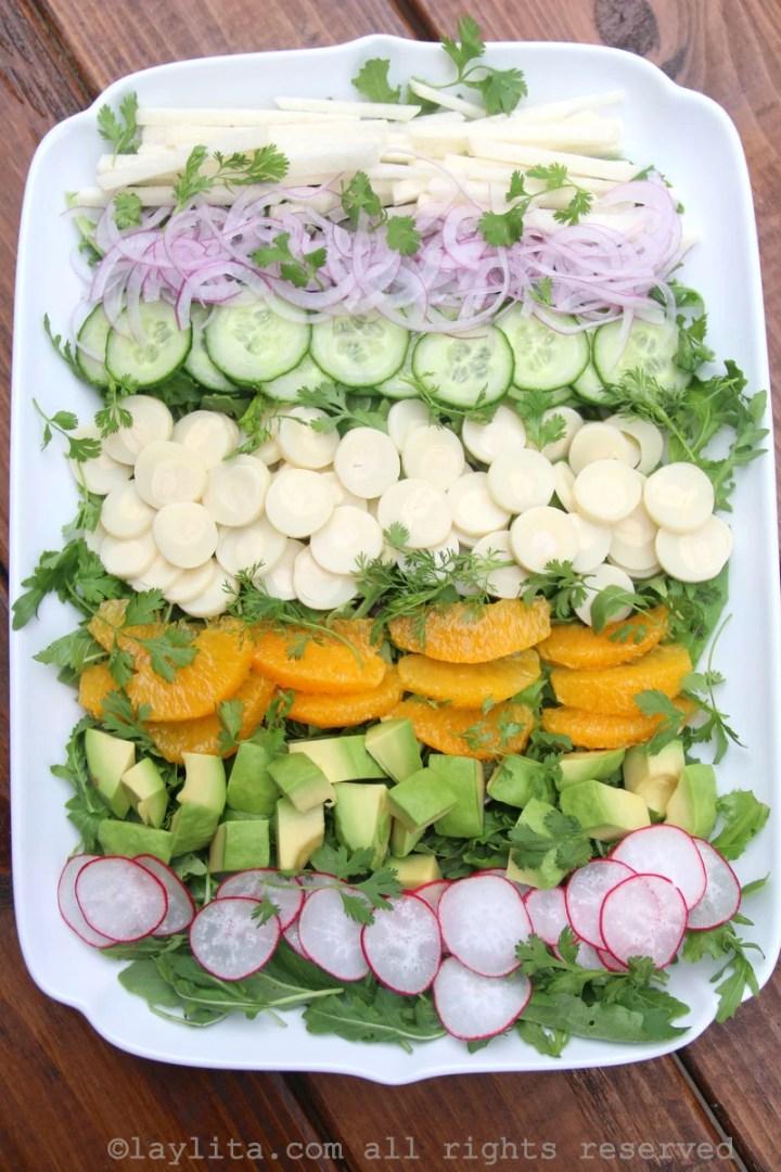 Ensalada de palmito, aguacate, pepino, rabano, naranja