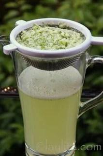 Filtrer la limonade et ajouter de l'eau à travers la passoire