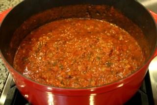 Añadir la pasta de tomate y el caldo de mariscos, cocinar por otros 10 minutos