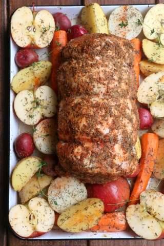 Porc rôti avec pommes et légumes